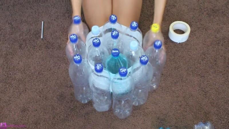 Делаем удобный и легкий табурет из пустых бутылок... Гениально, не правда ли?