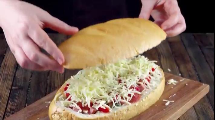 Быстрый закусочный батон с колбасой в духовке - рецепт пошаговый с фото