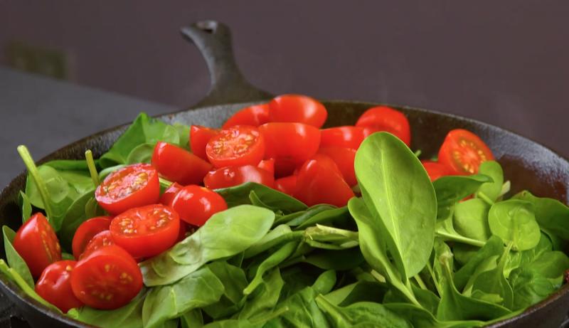 шпинат и помидоры