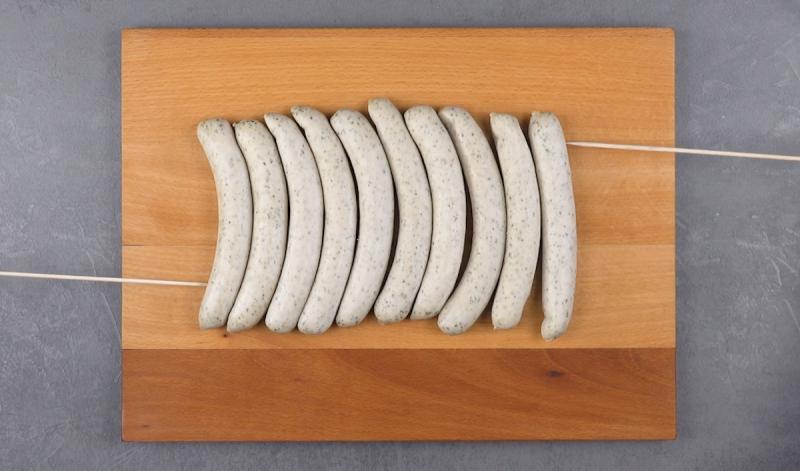 мясные колбаски на разделочной доске
