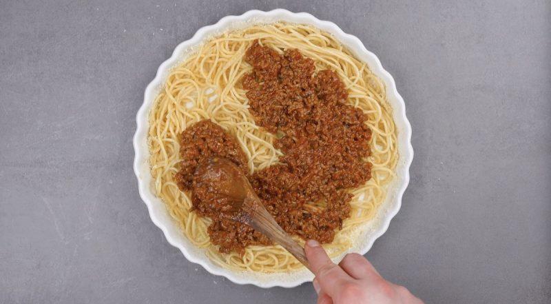мясной соус кладут на спагетти