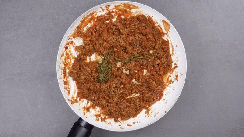 мясной соус на сковороде