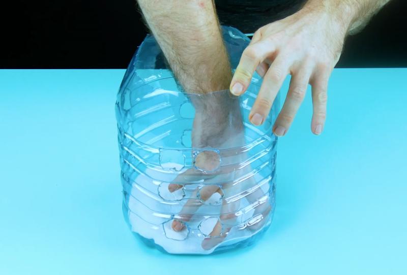 пластиковая бутылка в руках