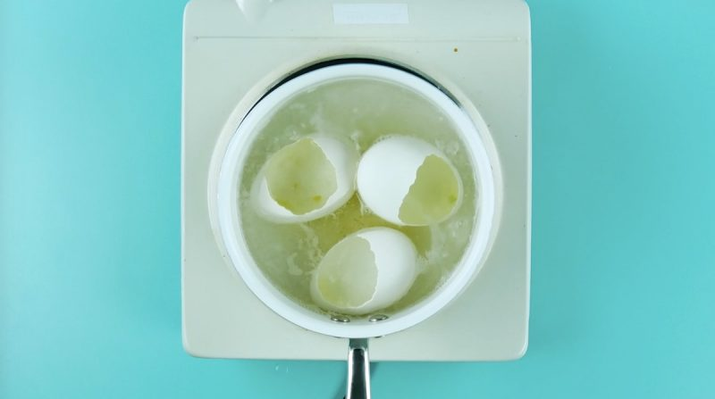 яичная скорлупа в кастрюле