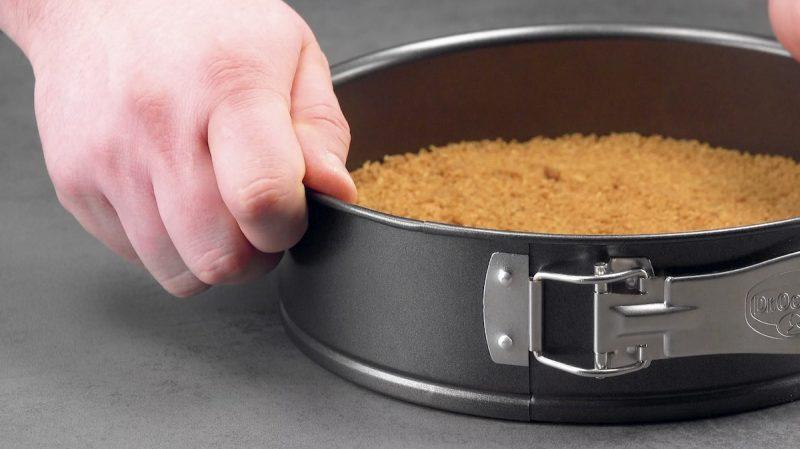 форма для выпечки в руках повара