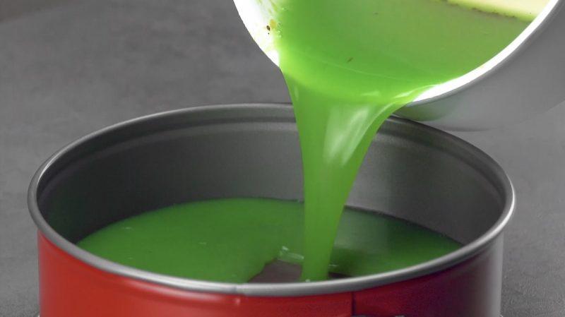 зеленую жидкость переливают из кастрюли в форму для выпечки