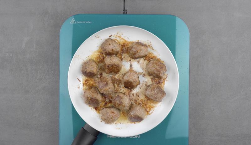 мясные шарики на сковороде