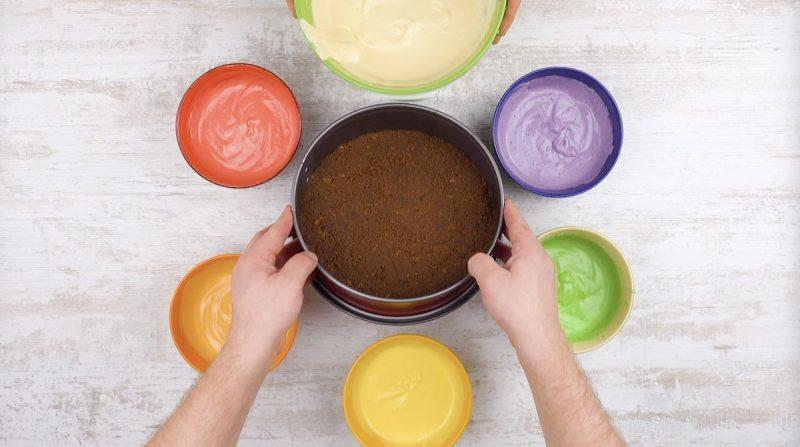 бисквит и форма для выпечки