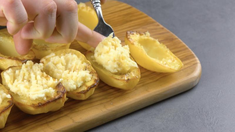печеный картофель на столе
