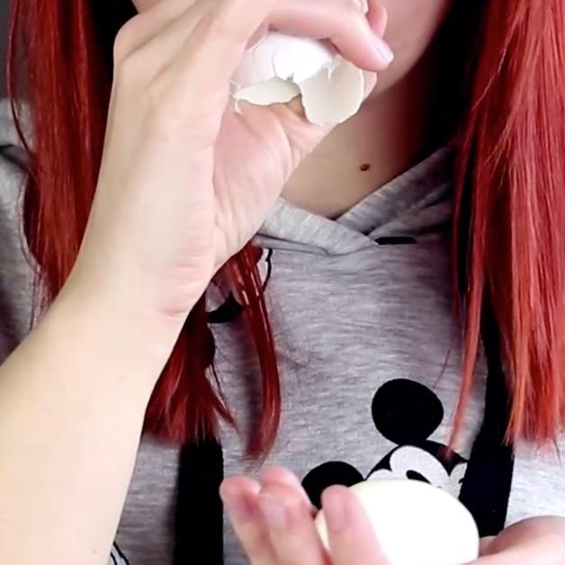 девушка с яйцом
