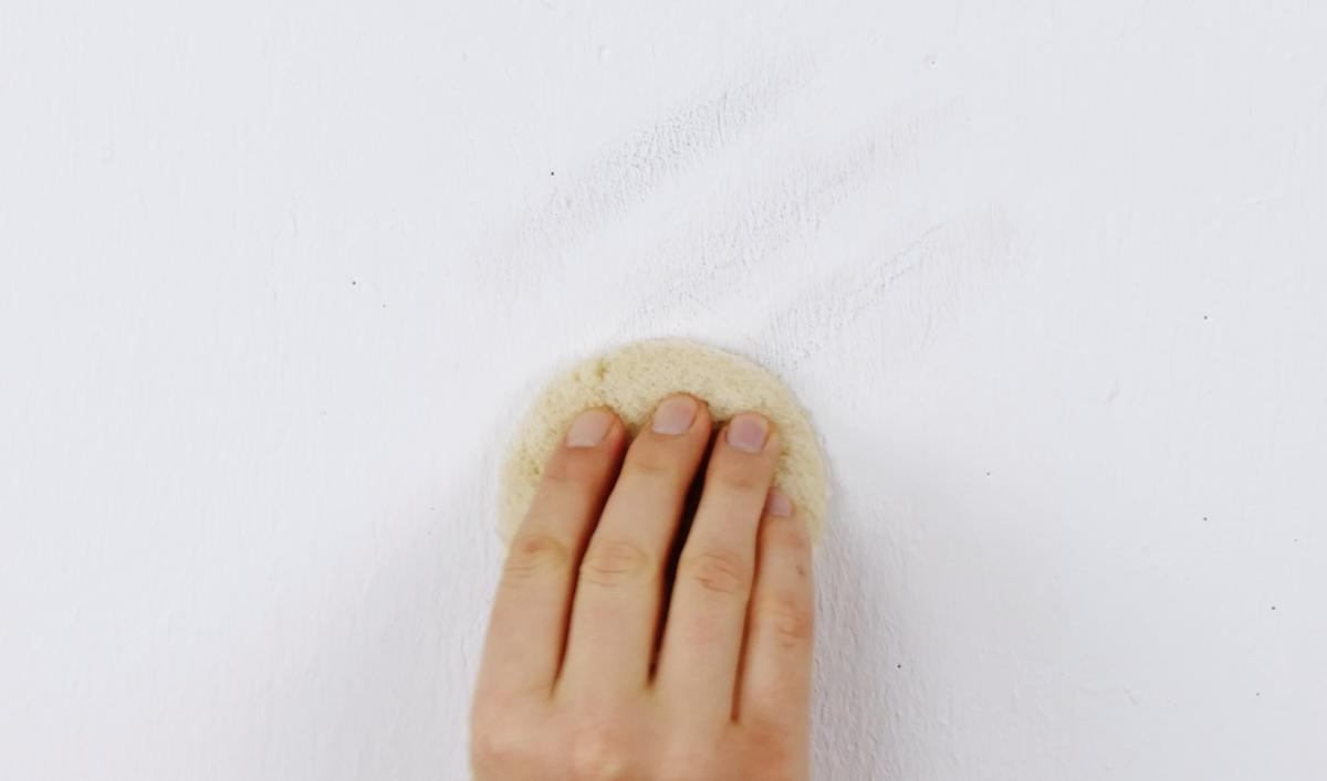 чистить стену