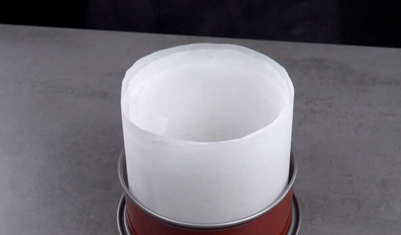 форма для выпечки на столе