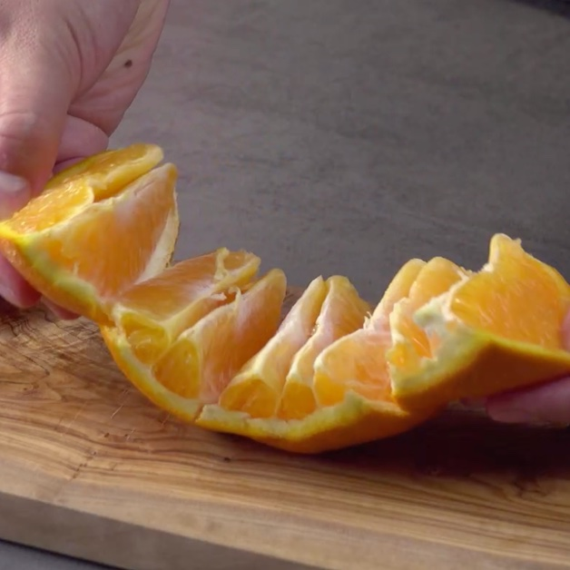 чистить апельсин
