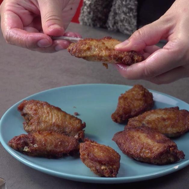 куриные крылышки на столе