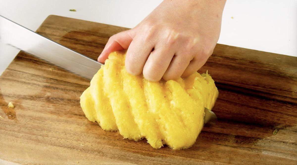 ананас на доске