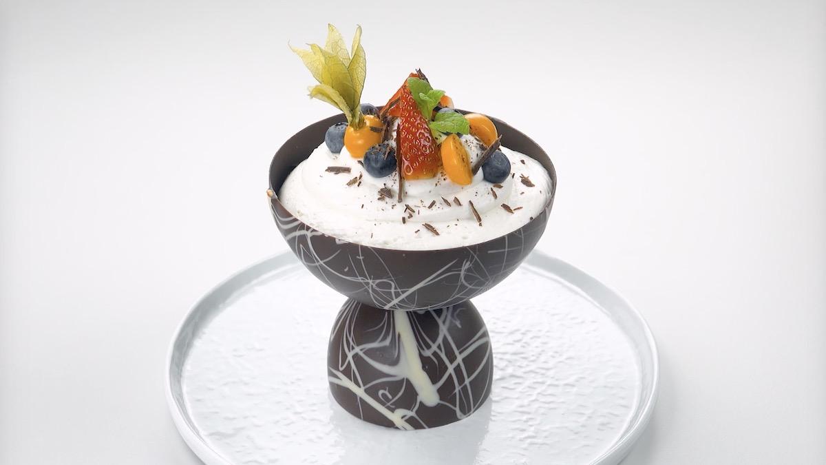 десерт на столе