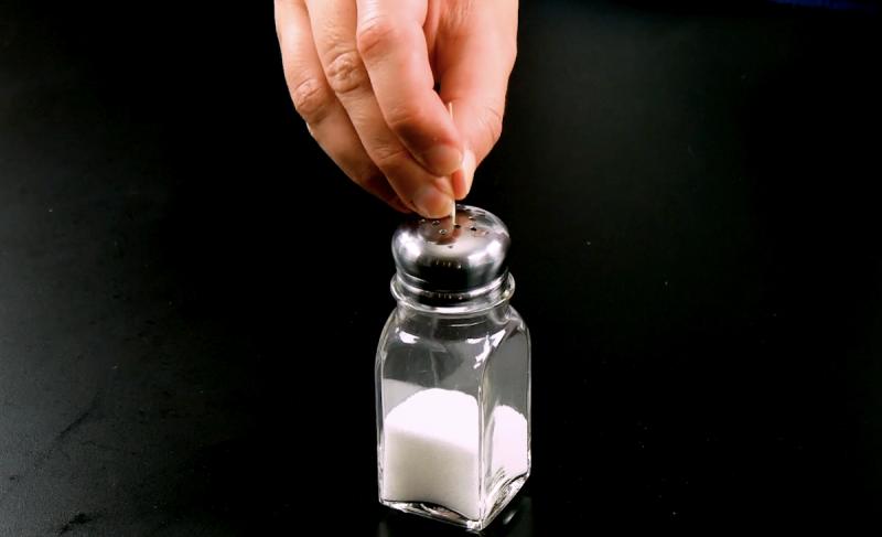 солонка на столе