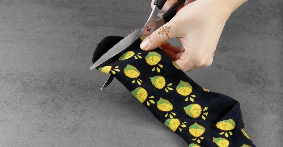 резать ткань ножницами