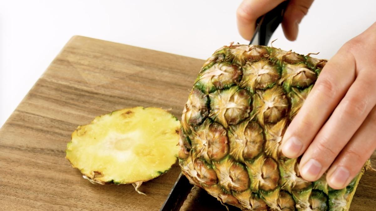 резать ананас