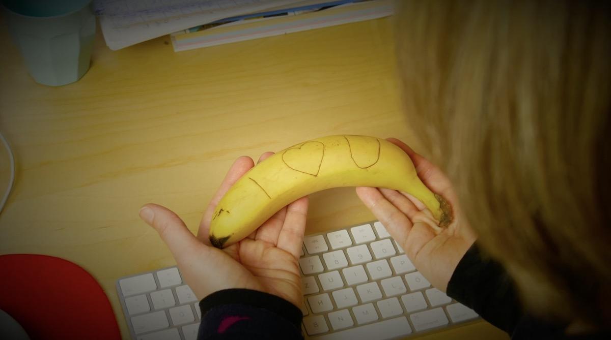 банан в руках