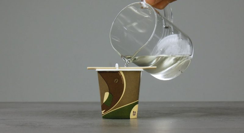наливать в стакан