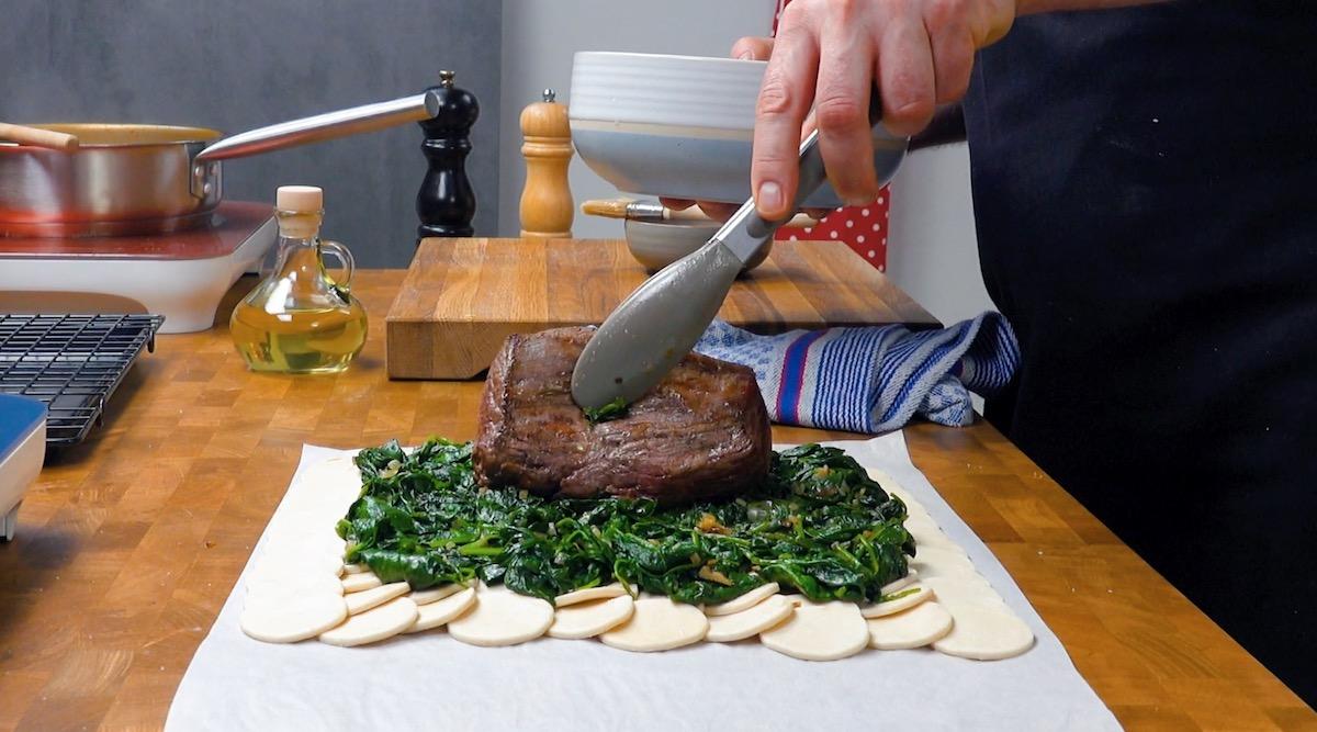 мясо, тесто и шпинат
