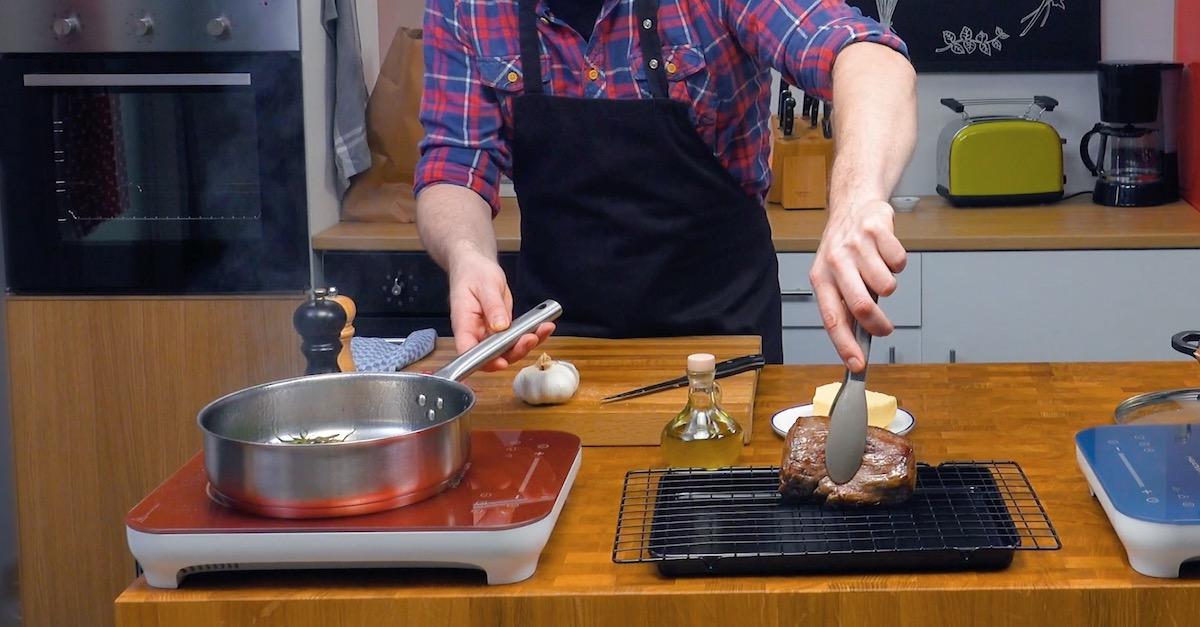 повар готовит