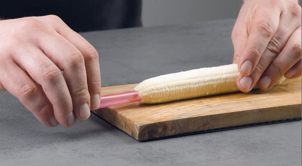 резать банан