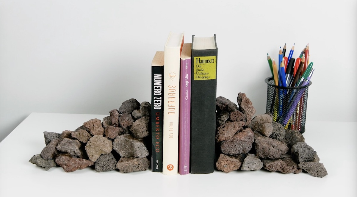 подпорка для книг и книги