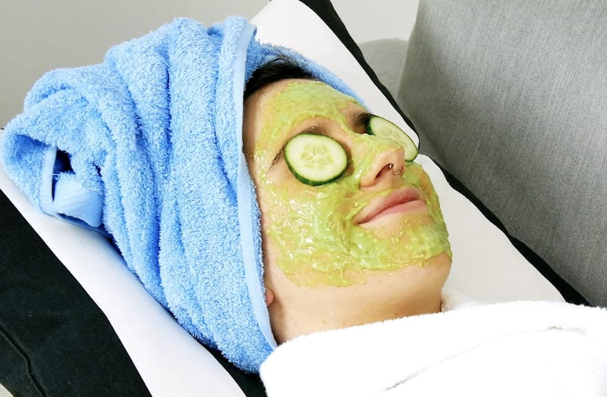 девушка с маской для лица