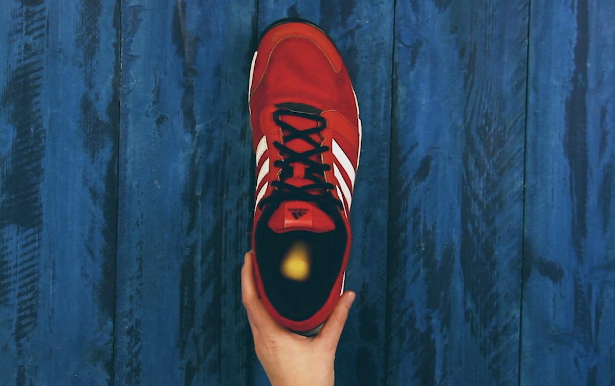 ботинок в руке