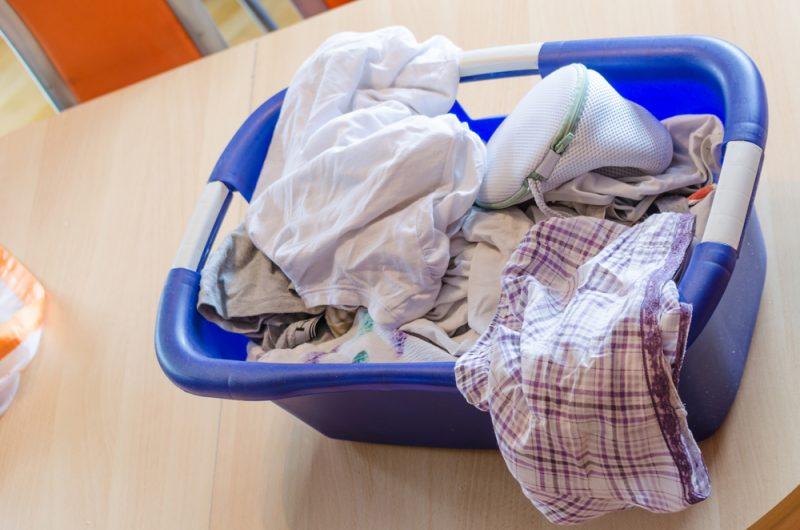 Wäschekorb mit Wäschenetz