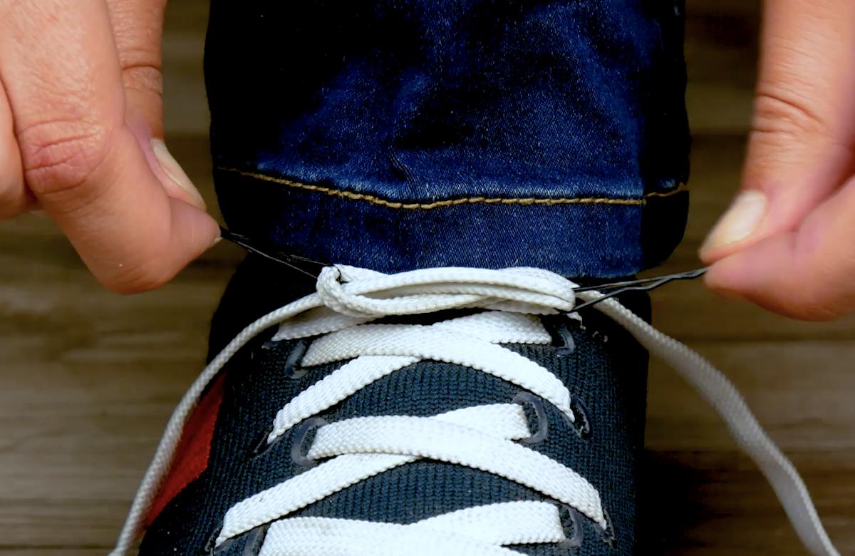 развязать шнурок