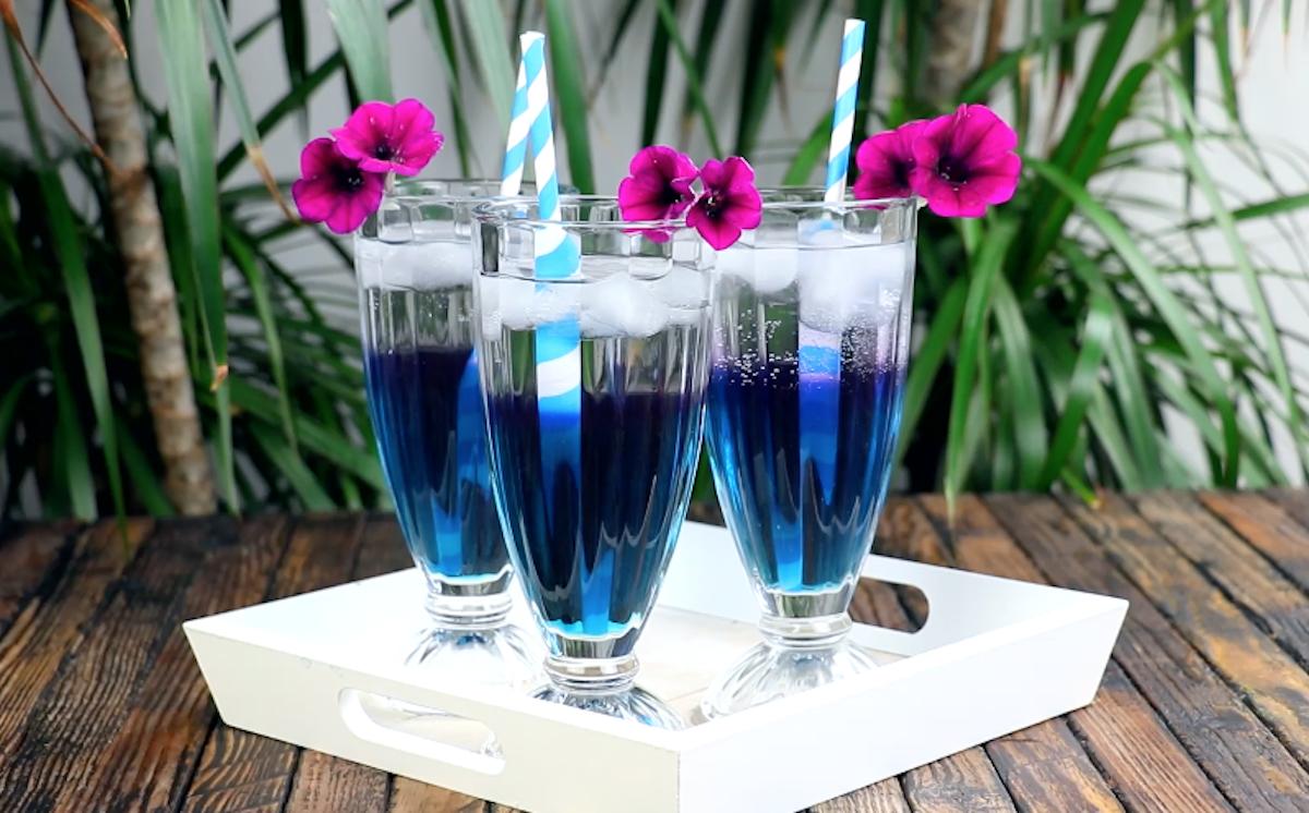 три стакана с синим напитком