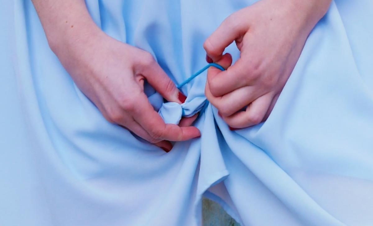 девушка держит юбку