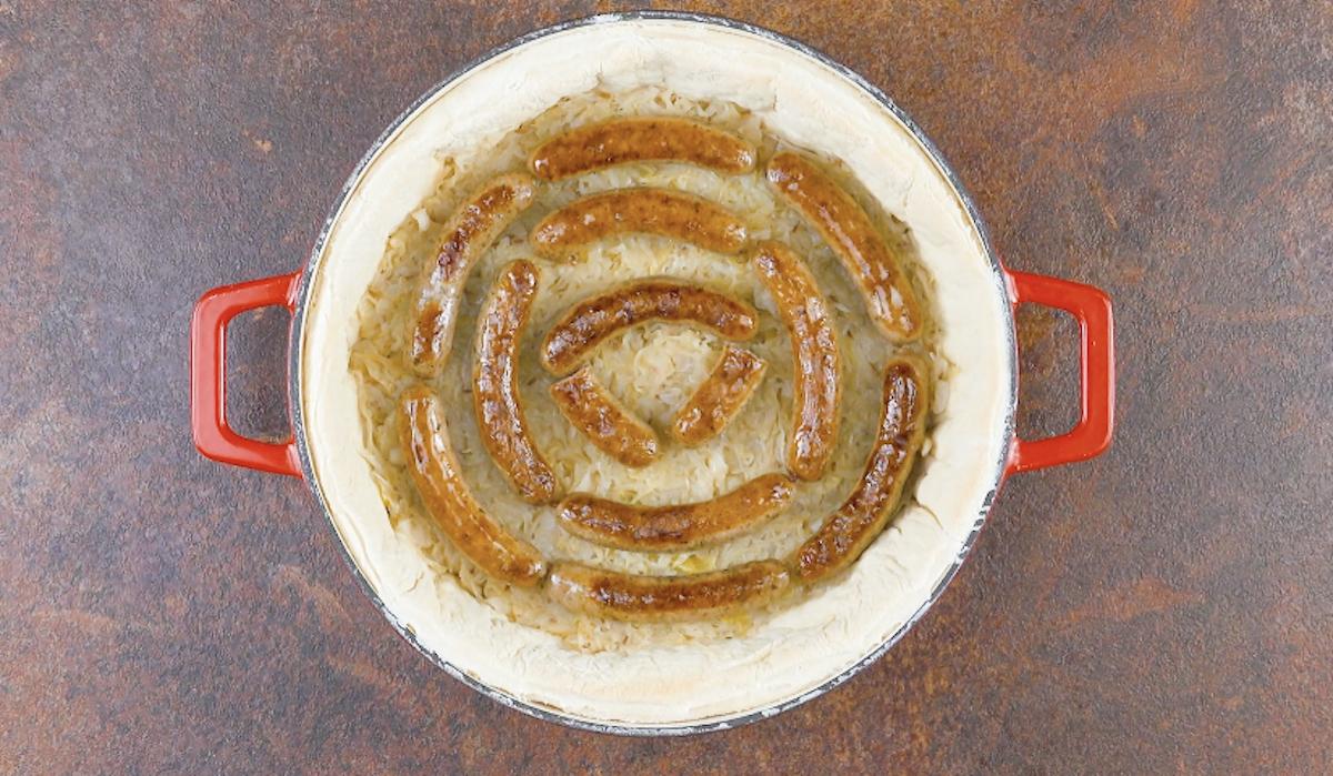 пирог с колбасками