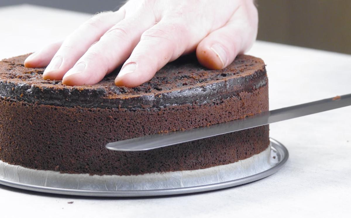 резать торт