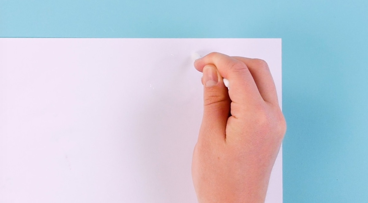 рука рисует на бумаге