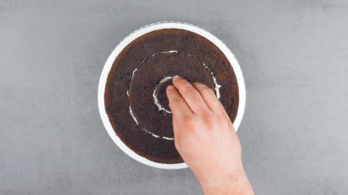 бисквит на столе