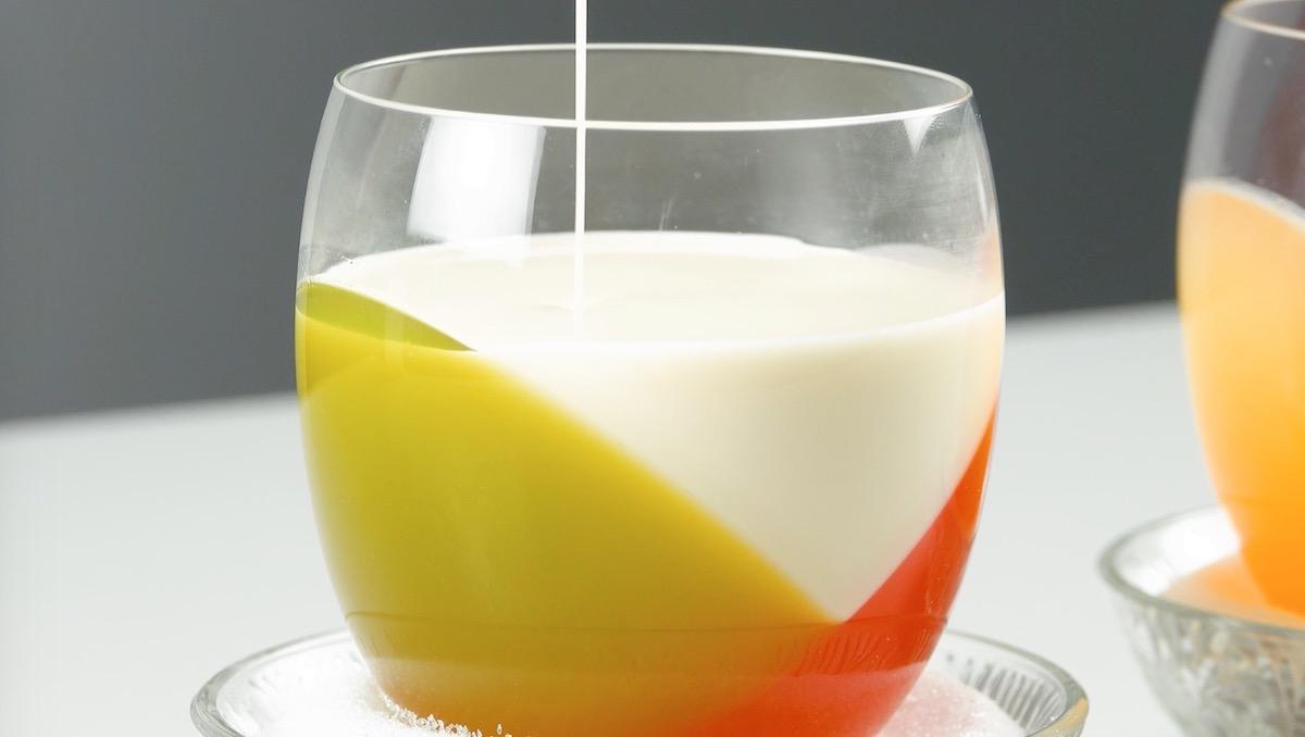 стакан с разноцветной жидкостью