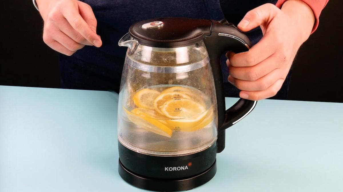 чайник с лимонами внутри