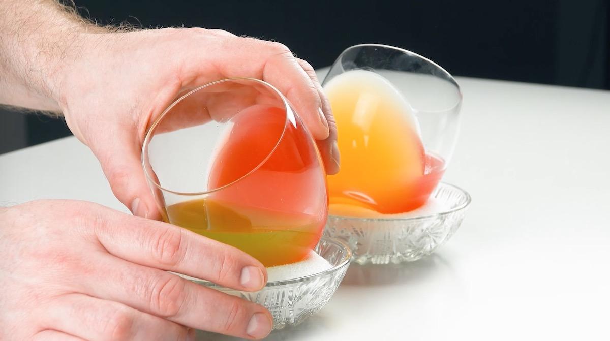 два стакана на столе