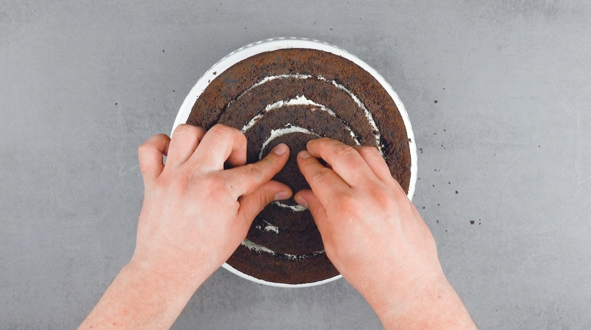 руки готовят торт