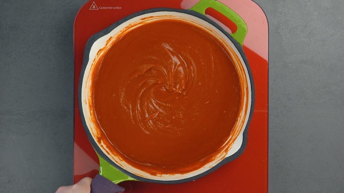 сковорода с соусом