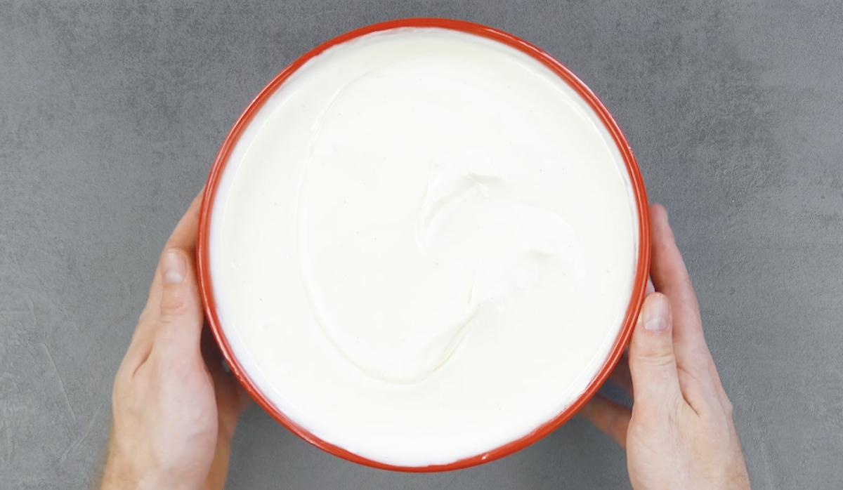 миска с белым кремом