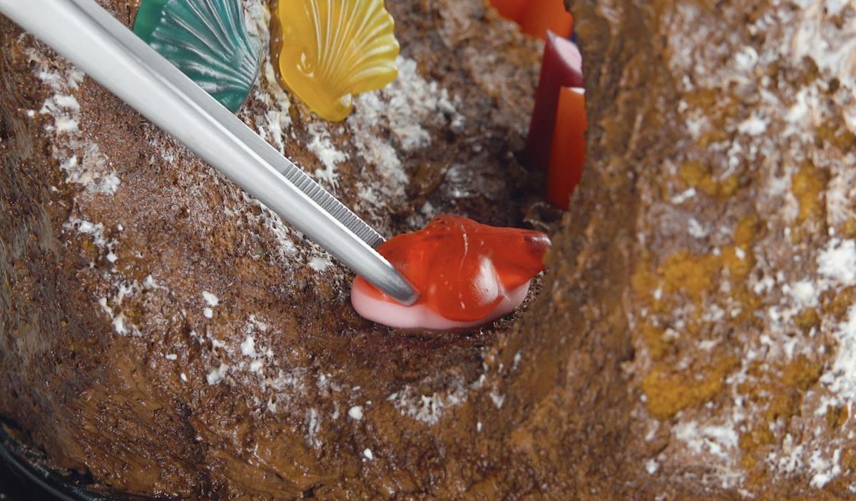 конфеты на торте