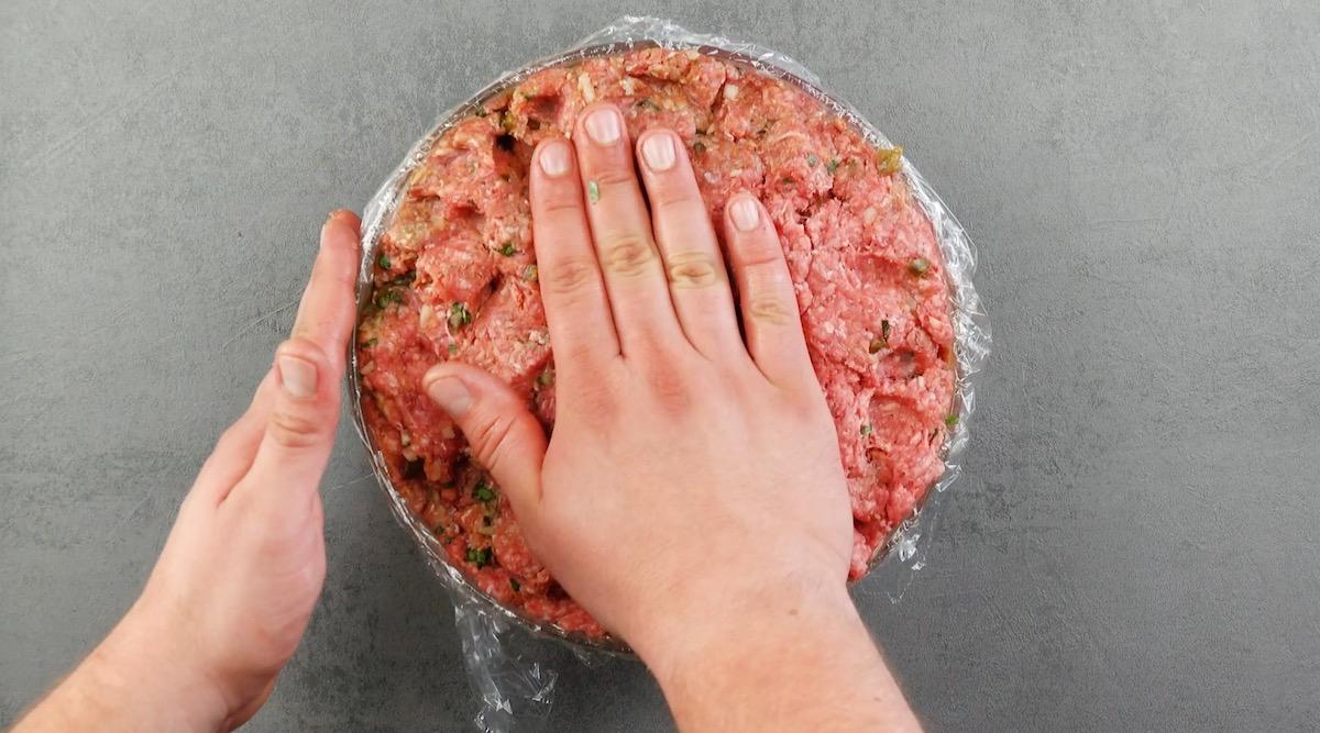 рука готовит