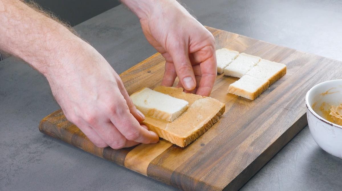 руки держат хлеб