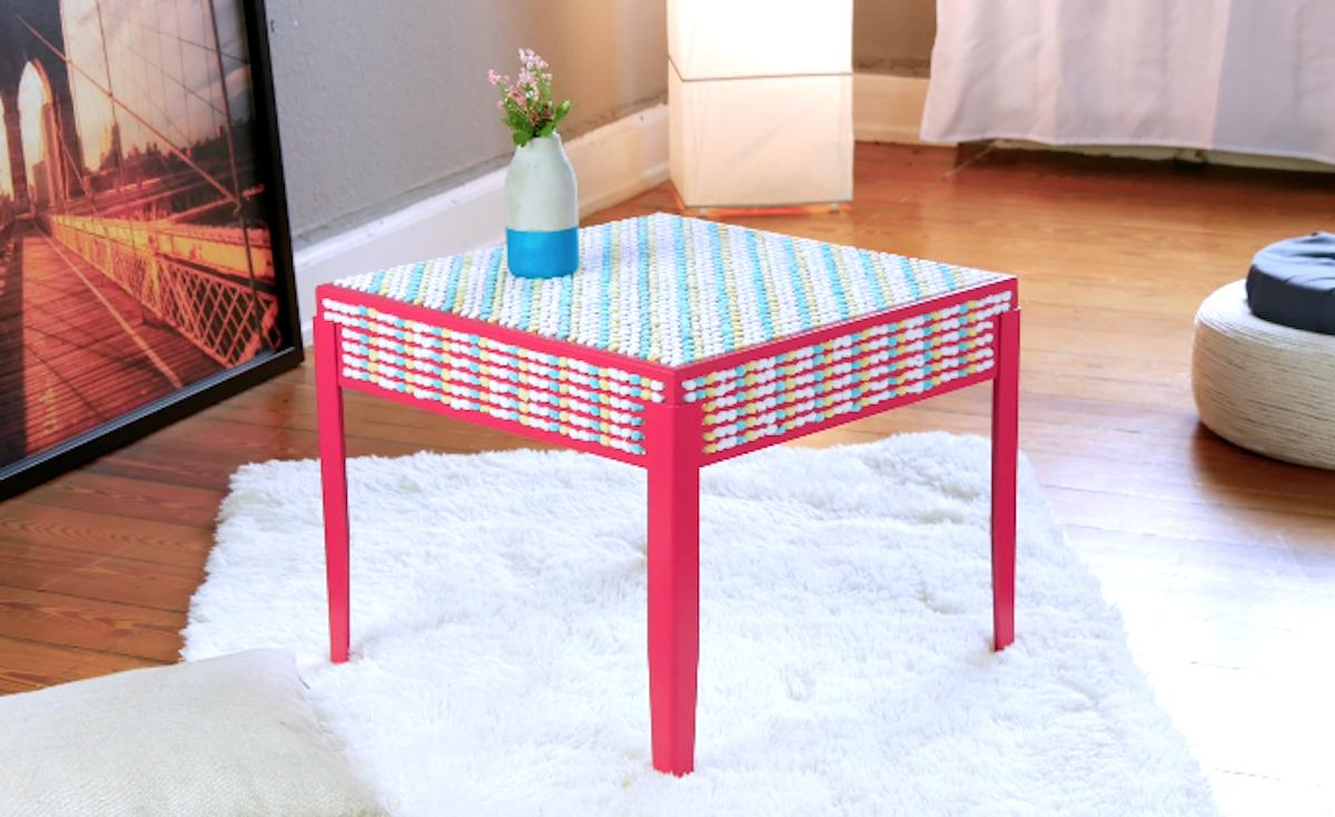 столик в комнате