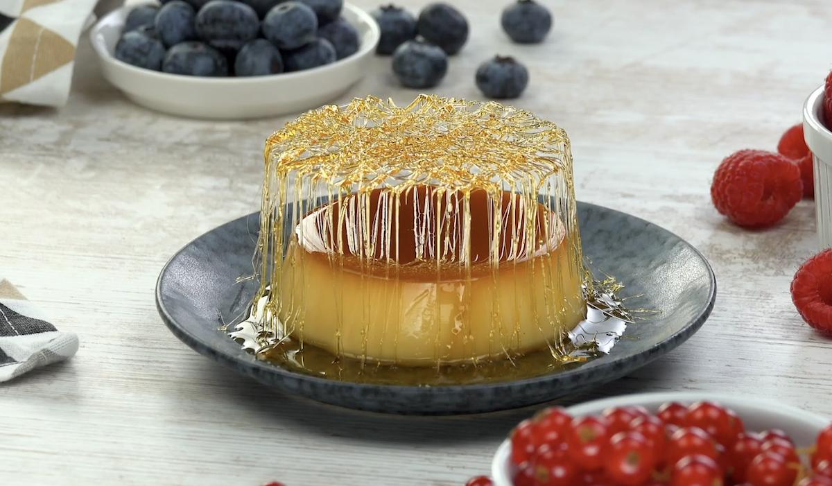 пирожное на тарелке